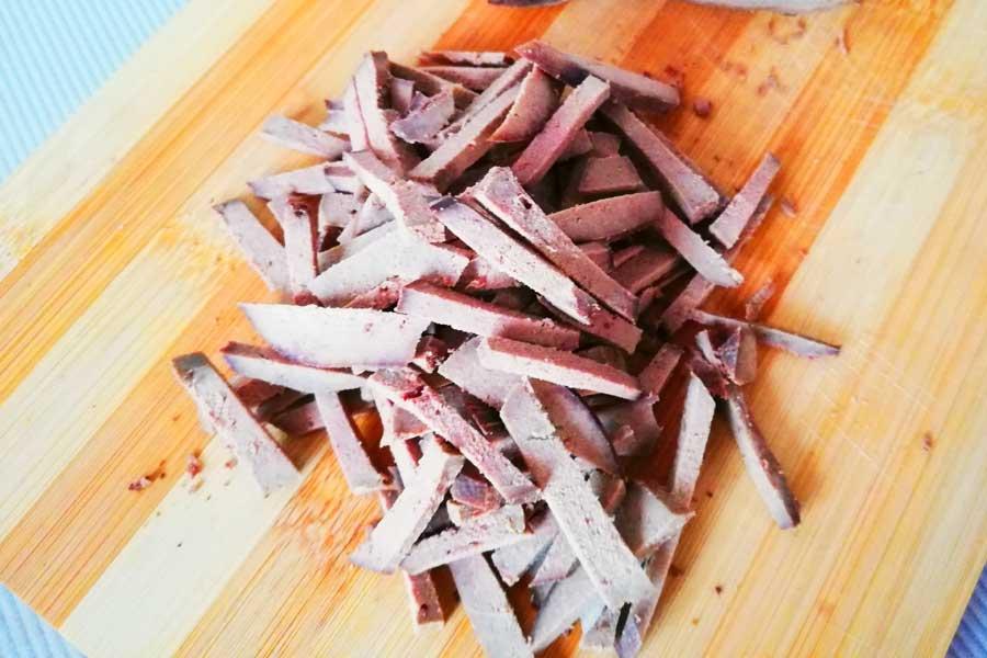 Готовую печень режем некрупной соломкой