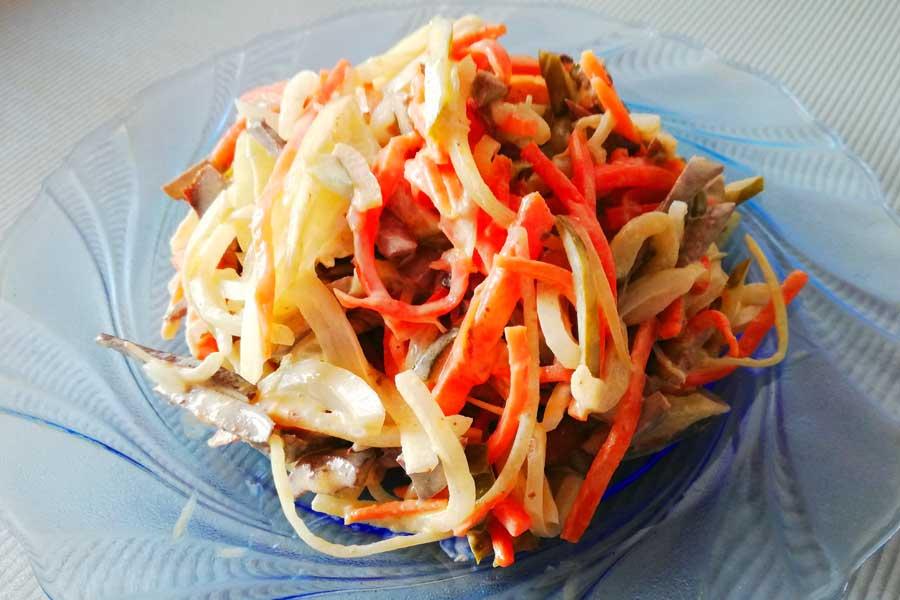 Салат обжорка с маринованным луком