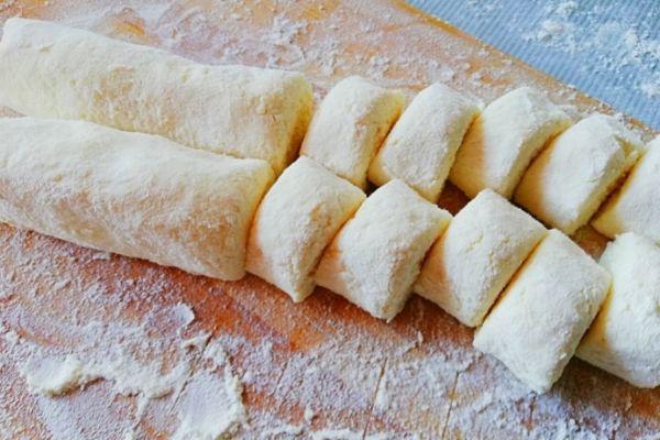 Делаем круглые колбаски и режем порционные кусочки для вареников