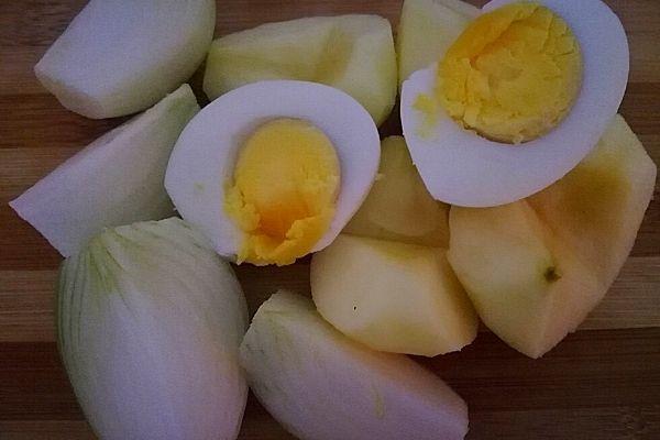 Подготовим яйца, яблоко и лук
