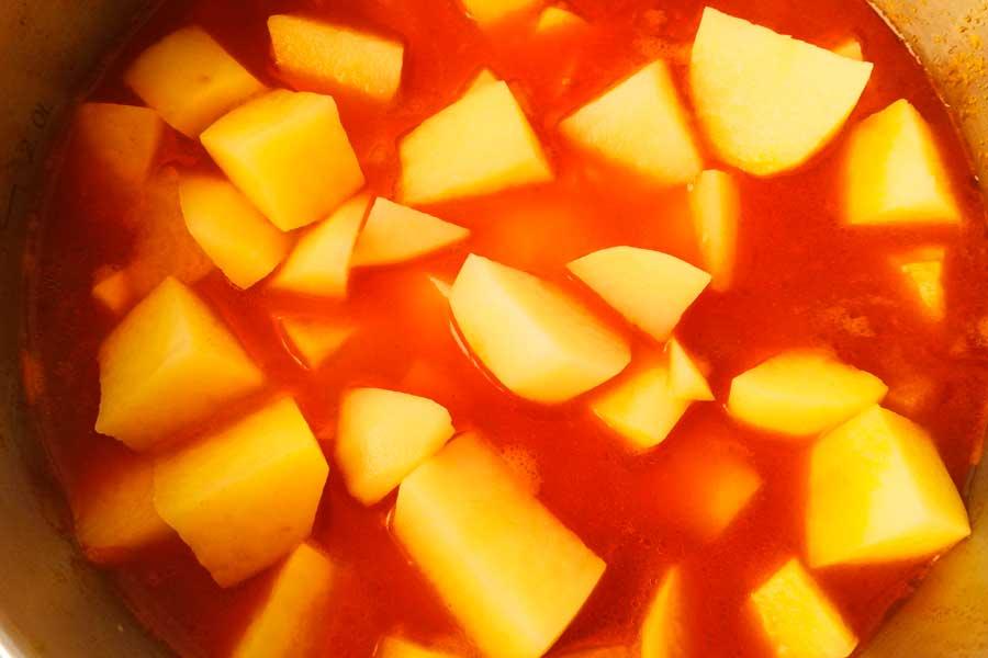 Добавляеи нарезанный картофель