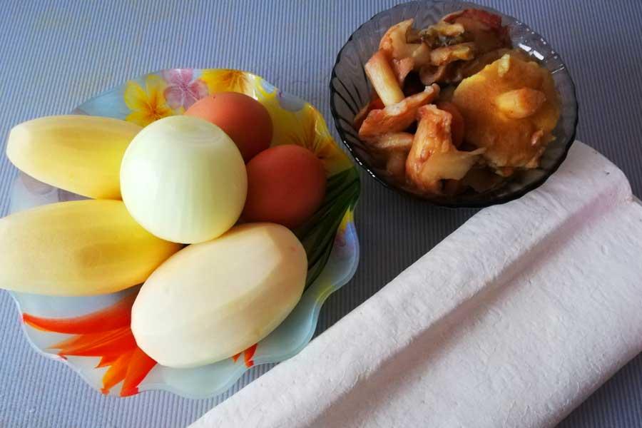Для начинки понадобятся: картофель, грибы, лук и зелень