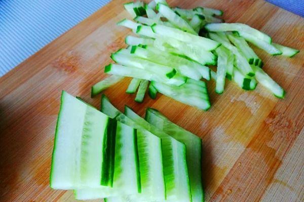 Огурец для салата режем соломкой или кубиком