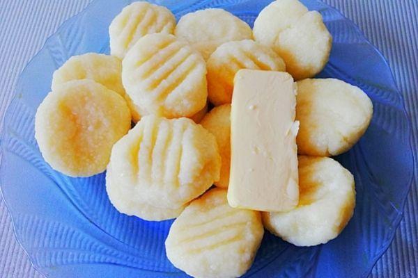 Готовые вареники подают с маслом или сметаной.