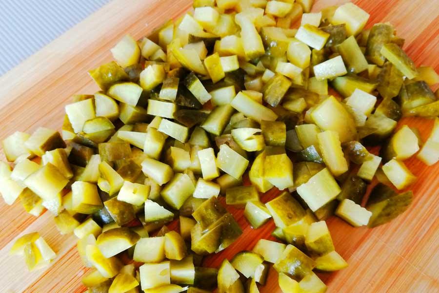 Огурцы для салата Мексика режем небольшим кубиком