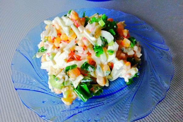 Рецепт салата с крабовыми палочками, кукурузой и плавленым сыром