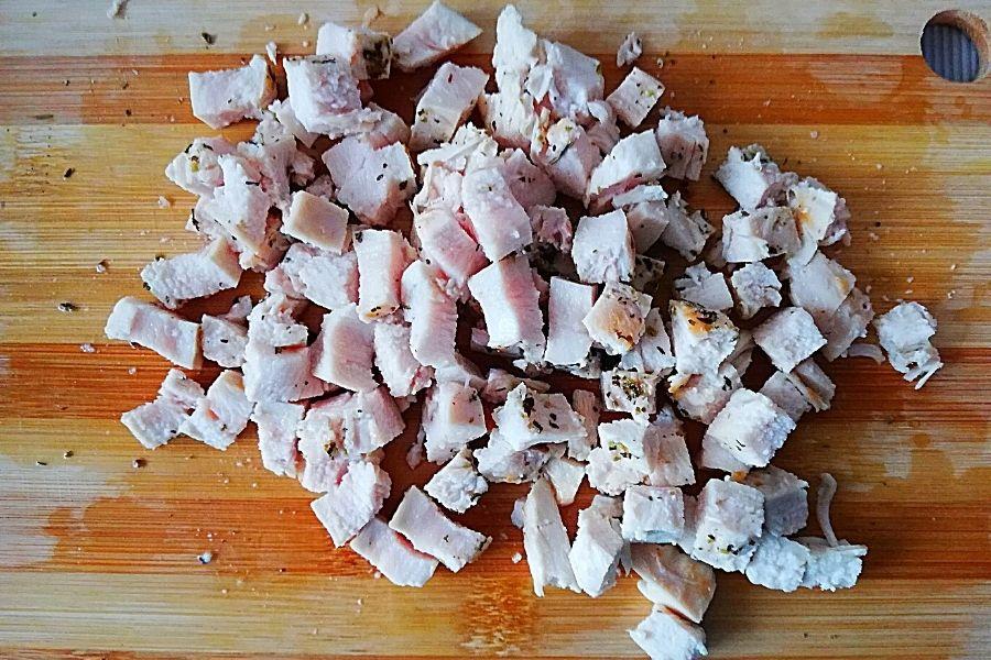 Куриное филе для салата, нарезаем небольшим кубиком.