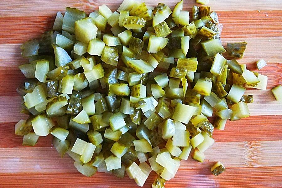 Соленые огуцы для салата с курицей режем кубиком
