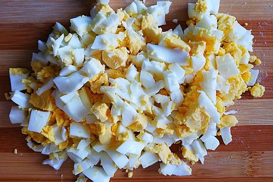Яйца отвариваем и режем кубиком
