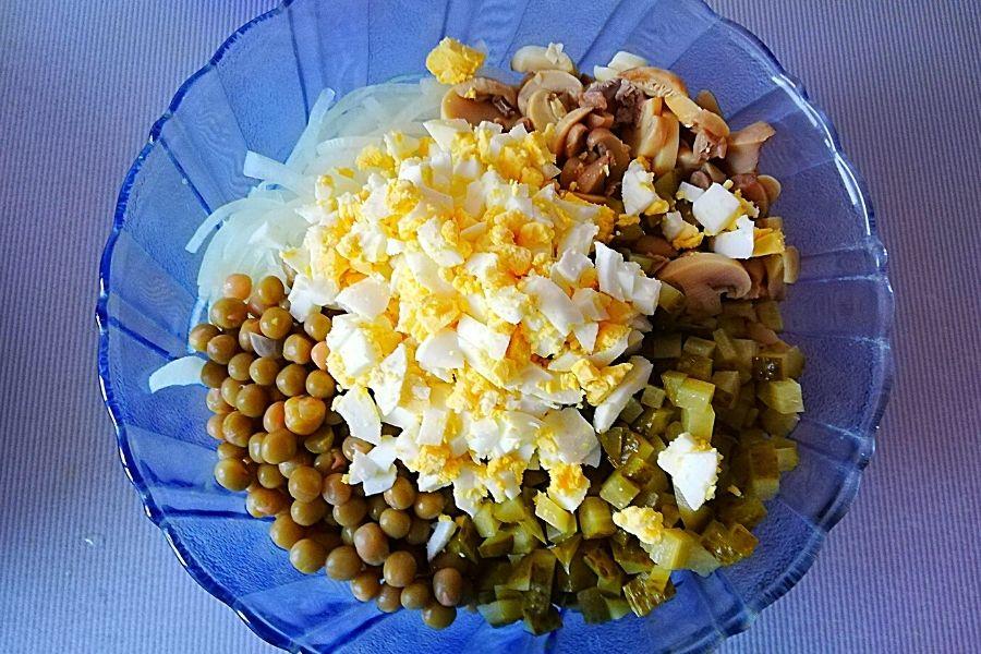 Смешиваем все ингредиенты для салата с курицей и грибами. Заправляем маонезом.