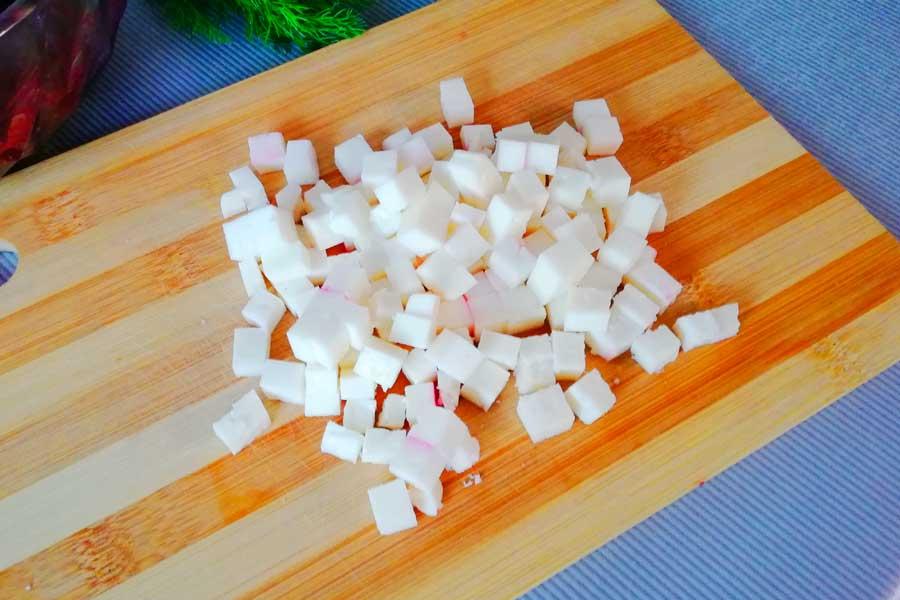 Сыр режем небольшими кубиками