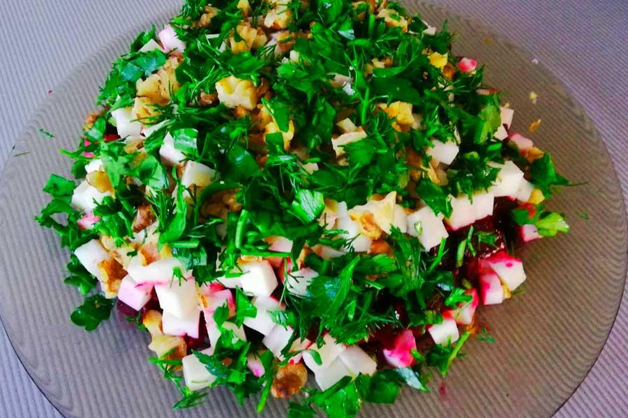 Формируем салат со свеклой слоями.