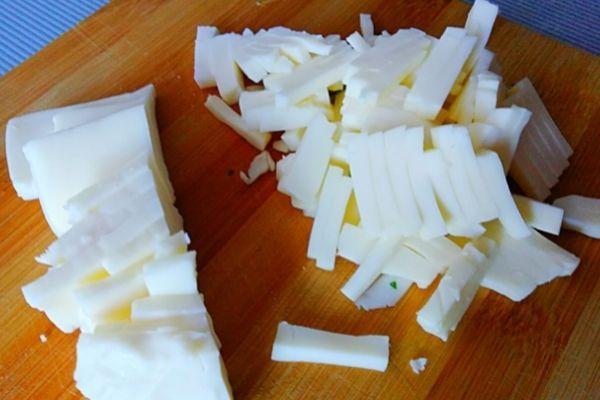 Сыр режем или трем на терке