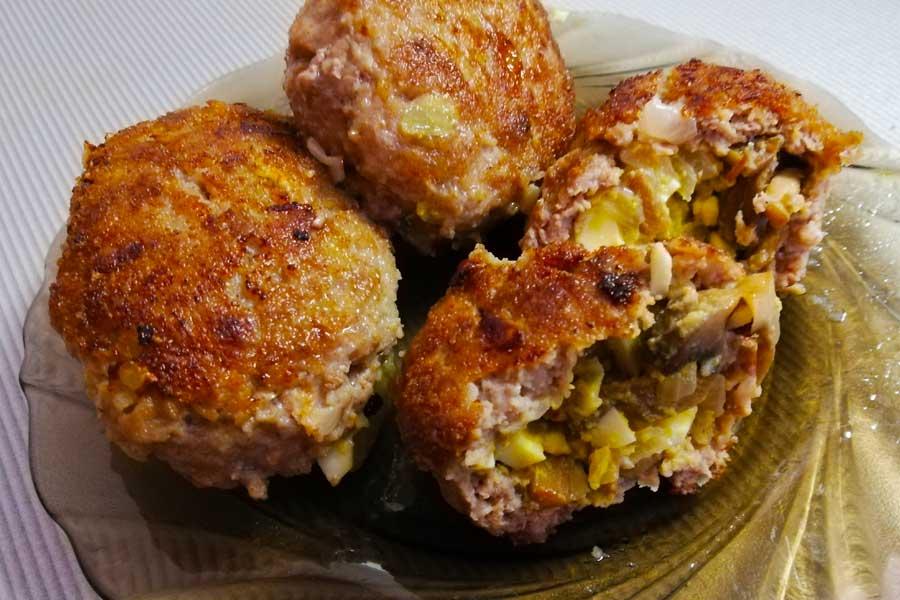 Зразы мясные с начинкой из свежих грибов, лука и яиц.