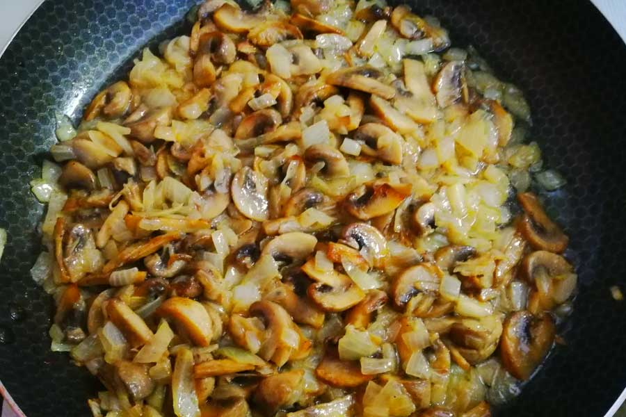Добавляем лук, соль и перец по вкусу