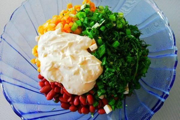 Резем в салат зелень и добавляем майонез