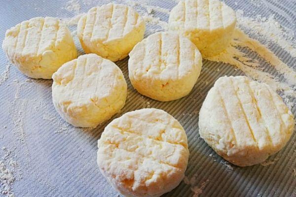 Придаем сырникам круглую форму.