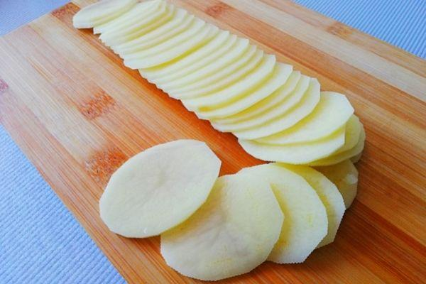 Картофель режем потоньше