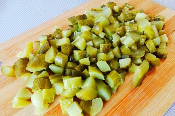 Огурцы режем для салата кубиком