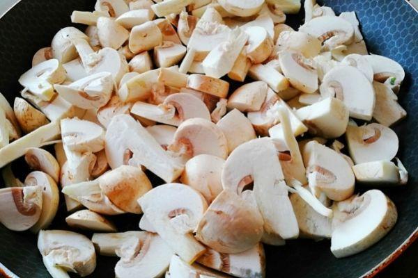 Выкладываем грибы на сухую сковороду.
