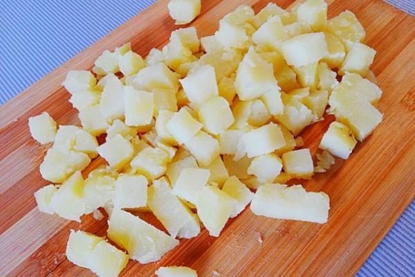 Картофель режем кубиком или трем на терке.
