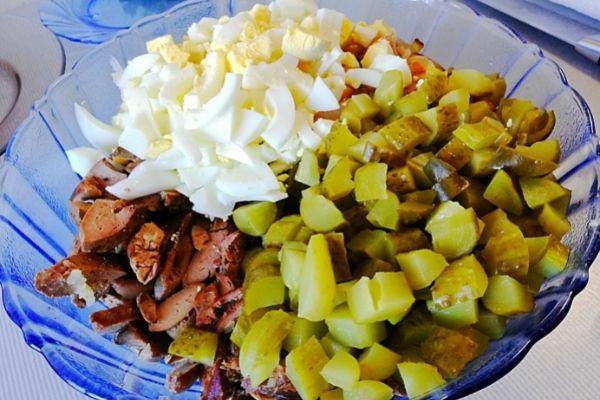 Подготовленные продукты выкладываем в салатник и заправляем майонезом