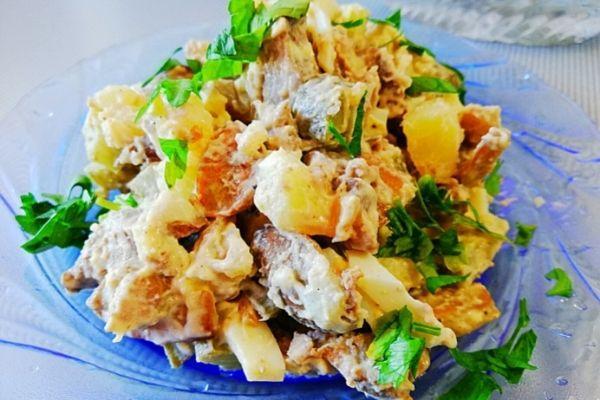 Салат из куриной печени, с шампиньонами и солеными огурцами.