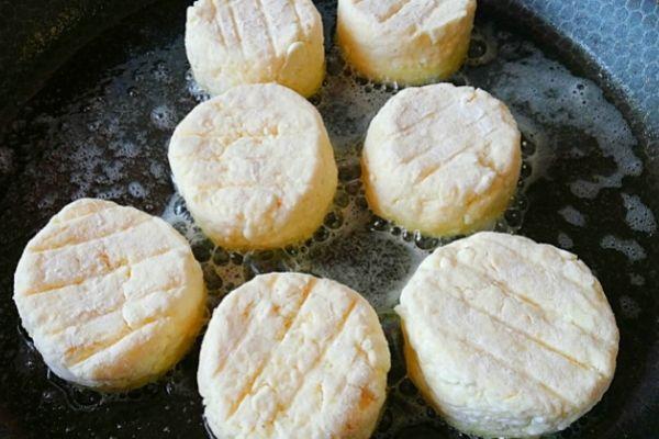 Обжариваем сырники до корочки