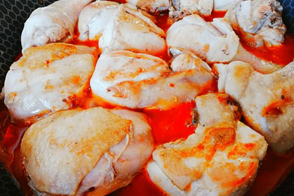 На обжаренные овощи выкладываем курицу.