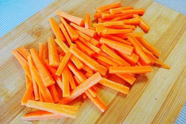 Морковь режем соломкой.