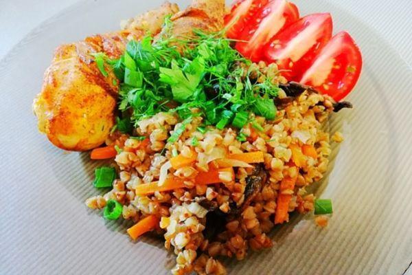 Курица с гречкой в духовке, с грибами и овощами