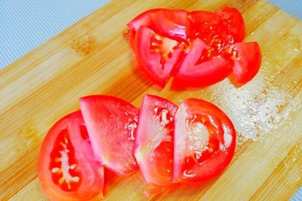 Режем помидоры для салата Любимый муж.