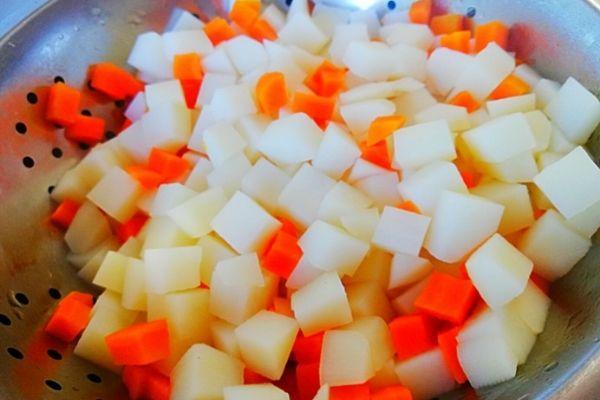 Готовые овощи остужаю под холодной водой.