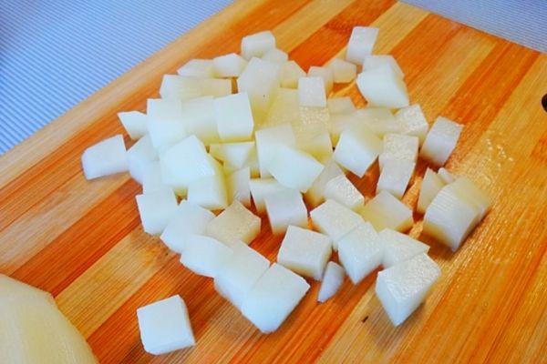 Нарезаем картофель для Оливье.