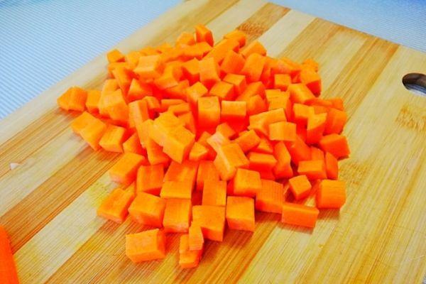 Режем морковь для салата.