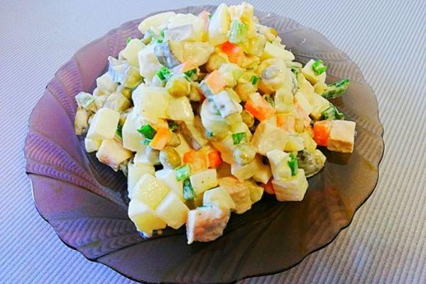 Салат Оливье с курицей, простой и вкусный рецепт