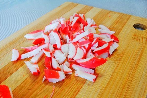 Крабовые палочки режем соломкой.