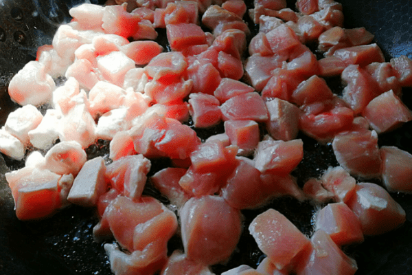 Обжариваем мясо на растительном масле до небольшой корочки.