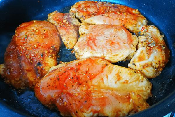 Обжариваем курицу с двух сторон.
