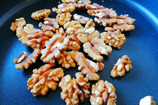 Обжариваем грецкие орехи.