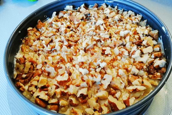 Заключительный этап. Посыпаем салат орехами.