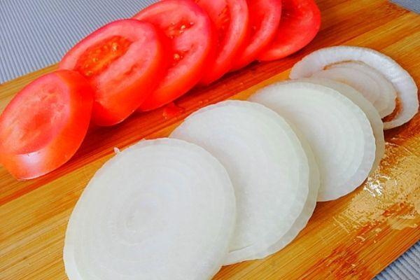Режем помидоры и лук