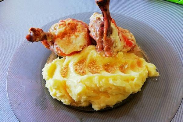 Куриные бедрышки запеченные в духовке с сыром и помидорами