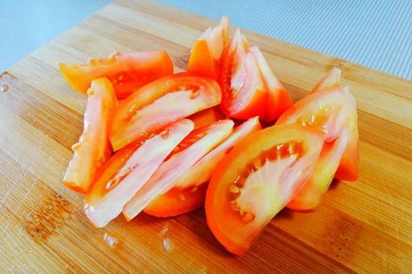 Режем помидоры для маринада