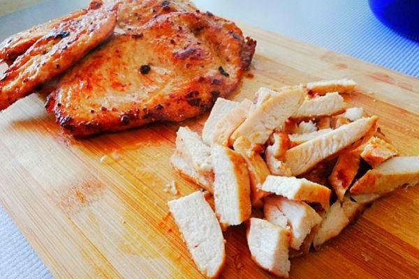Нарезаем мясо соломкой или кубиком.